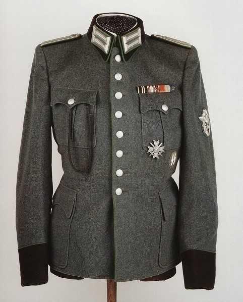 国防军将官大衣: 党卫军大衣翻领白色 ,国防军红色 .